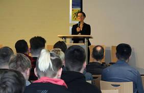 Senatorin Claudia Bogedan gratuliert dem SZ Utbremen zur Aufnahme ins Netzwerk MINT-EC. Quelle: Pressestelle SKB