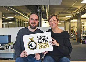 Designer Thorben Flu?gger (im Bild links) und Geschäftsführerin Franca Reitzenstein sind stolz auf den Award. Quelle: neusta communications