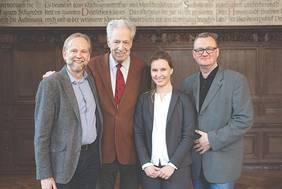 Drei Gründer und ein Ideen-Unterstützer freuen sich über den Start der Wohn-Partner-Plattform misambo: (v. l.) Steffen Maurer, Dr. Henning Scherf, Sarah Pahl und Frank Stelter.