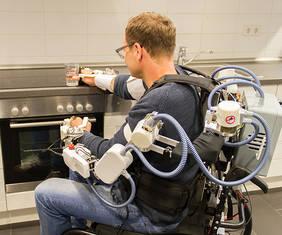 Großes Potential für die Rehabilitationsrobotik: Das im Projekt Recupera REHA entwickelte Oberkörper-Exoskelett ist dank embedded Brain Reading auch durch die Online-Auswertung von EEG-Signalen steuerbar. Copyright: DFKI GmbH