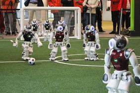 Roboter kurz vor einem Mittelfeldschuss beim Gruppenspiel gegen das SPQR Team auf dem RoboCup 2019 in Sydney. Foto: Tim Laue / Universität Bremen