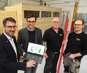 Kay Lutz Pakula (v.l.), Innovationsberater der Handwerkskammer, hier bei einem Termin mit Geschäftsführer Oliver Ahlers und den Mitarbeitern Heinz Hansen und Jan Pankratov. Foto: Handwerkskammer