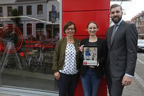 Astrid-Verena Dietze (Stadtteilmanagerin in der Neustadt), Anna Linke, (bei swb Vertrieb zuständig für den WLAN-Hotspot-Ausbau) und Dragan Miletkovic (Leiter der Stadtteilfiliale-Neustadt) haben den swb-Hotspot offiziell in Betrieb genommen.
