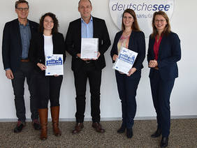 Gemeinsam haben (von links) Guido Ketschau (BIS), Dr. Ramona Bosse (Hochschule Bremerhaven), Ulrich Grewe (Deutsche See), Dipl. Ing. Ann-Kathrin Rohde (BIBA) und Dr. Diana Wehlau (SKUMS) die Kooperation besiegelt. Quelle: Deutsche See/ Martina Buck