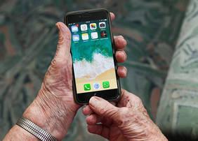 BU: Ältere Menschen haben oft Berührungsängste zu Online-Technologien. Informatikprofessor Herbert Kubicek fordert, sie stärker zu unterstützen. Quelle: pixabay.com