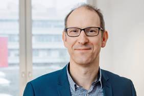 Professor Andreas Breiter beschäftigt sich seit vielen Jahren mit der digitalen Transformation von Bildungseinrichtungen. Foto: Tom Kleiner / Universität Bremen