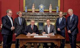 Bildunterschrift: (v.l.n.r.): Staatsrat Ekkehart Siering, Dr. Matthias Fonger und Harald Emigholz (beide Handelskammer Bremen), Wirtschaftssenator Martin Günthner, Ralf Stapp und Jörn-Michael Gauss (beide BAB – Die Förderbank für Bremen und Bremerhaven).