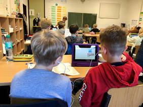 Die 5c der Oberschule Habenhausen präsentierte ihre Arbeit mit Tablets. Quelle: Pressereferat, Die Senatorin für Kinder und Bildung