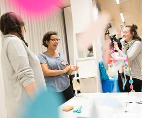 Gute Stimmung und praxisnahe Workshops gibt es bei den Jugendmedientagen 2018 in Bremen. Copyright: Jonas Walzberg