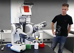 """Im EASE-Labor an der Uni Bremen lernen Roboter, selbstständig zu agieren – hier übt das Open-Source-Modell """"PR2"""" die Durchführung eines chemischen Experiments."""