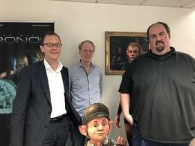 Senator Martin Günthner mit den beiden Geschäftsführern der King Art GmbH, Marc König und Jan Theysen (v.l.); Foto: Pressereferat, Der Senator für Wirtschaft, Arbeit und Häfen