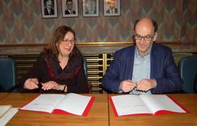 Finanzsenatorin Karoline Linnert und Handwerkskammer-Präses Jan-Gerd Kröger bei der Kontrakt-Unterzeichnung. Bild: Senatorin für Finanzen