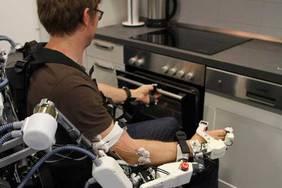 """Das Exoskelett-Teilsystem ermöglicht Anwendungen des """"Assistive Daily Living"""", wie das Greifen und Heben von Objekten. Foto: DFKI GmbH, Annemarie Popp"""
