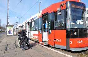 Im Rollstuhl mit Gepäck alleine verreisen? Auch wenn nur ein Umsteigen erforderlich ist, bedarf es der im Voraus geplanten Hilfe. Neue technische Lösungen verheißen mehr Unabhängigkeit. (Foto: Sabine Nollmann für BIBA)
