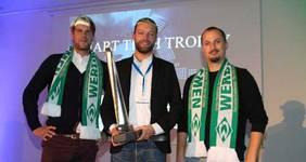 Die Top drei der Smart Tech Trophy 2017: Kai Meissner (eMotum, Platz zwei), Gewinner Philipp Garburg (ENIT) und Christoph Schroeder (Sparks Routine, Platz drei). Meissner und Schroeder gewannen zudem Werder-Karten und das dazu passende Outfit.