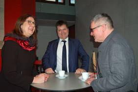 Bürgermeisterin Karoline Linnert im Gespräch mit Jürgen Dusel (Mitte) und Joachim Steinbrück (rechts). Foto: Senatorin für Finanzen