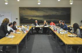 Mitglieder des Branchendialogs im Gespräch mit Senatorin Eva Quante-Brandt