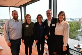 V.l.n.r.: Daniel Schneider (Mittelstand 4.0-Kompetenzzentrum Bremen), Eva Koball (bremen digialmedia), Wirtschaftssenatorin Kristina Vogt, Björn Portillo (bremen digitalmedia), Lisa Buschan (Mittelstand 4.0-Kompetenzzentrum Bremen)