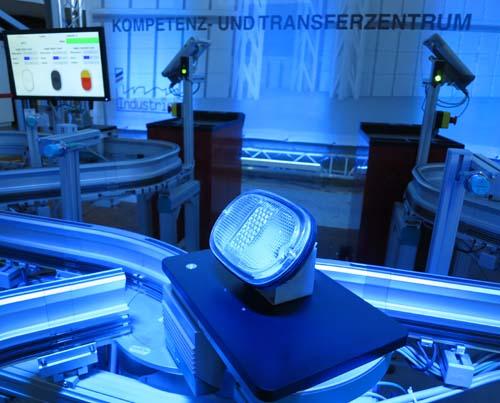 """Im Kompetenz- und Transferzentrum des BIBA werden Leuchten für Autos produziert – mit einem Vorgeschmack auf das """"Internet der Dinge"""". // Foto: BIBA"""