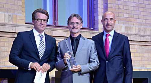 """Mit dem Informationsdienst """"Rasdaman"""" gewann Prof. Dr. Peter Baumann (Mitte) den Copernicus Award in der von T-Systems ausgeschriebenen Kategorie """"Big Data Challenge"""". Es gratulieren: (links) Thorsten Rudolph, Anwendungszentrum Oberpfaffenhofen und (recht"""