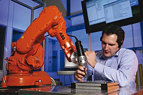 """Eine neue berufsbegleitende Weiterbildung soll Betrieben das nötige Basiswissen für den Robotik-Einsatz vermitteln. Dabei geht es zunehmend auch um die Kollaboration von Mensch und Maschine, wie hier im Rahmen des Projekts """"SMErobot""""."""