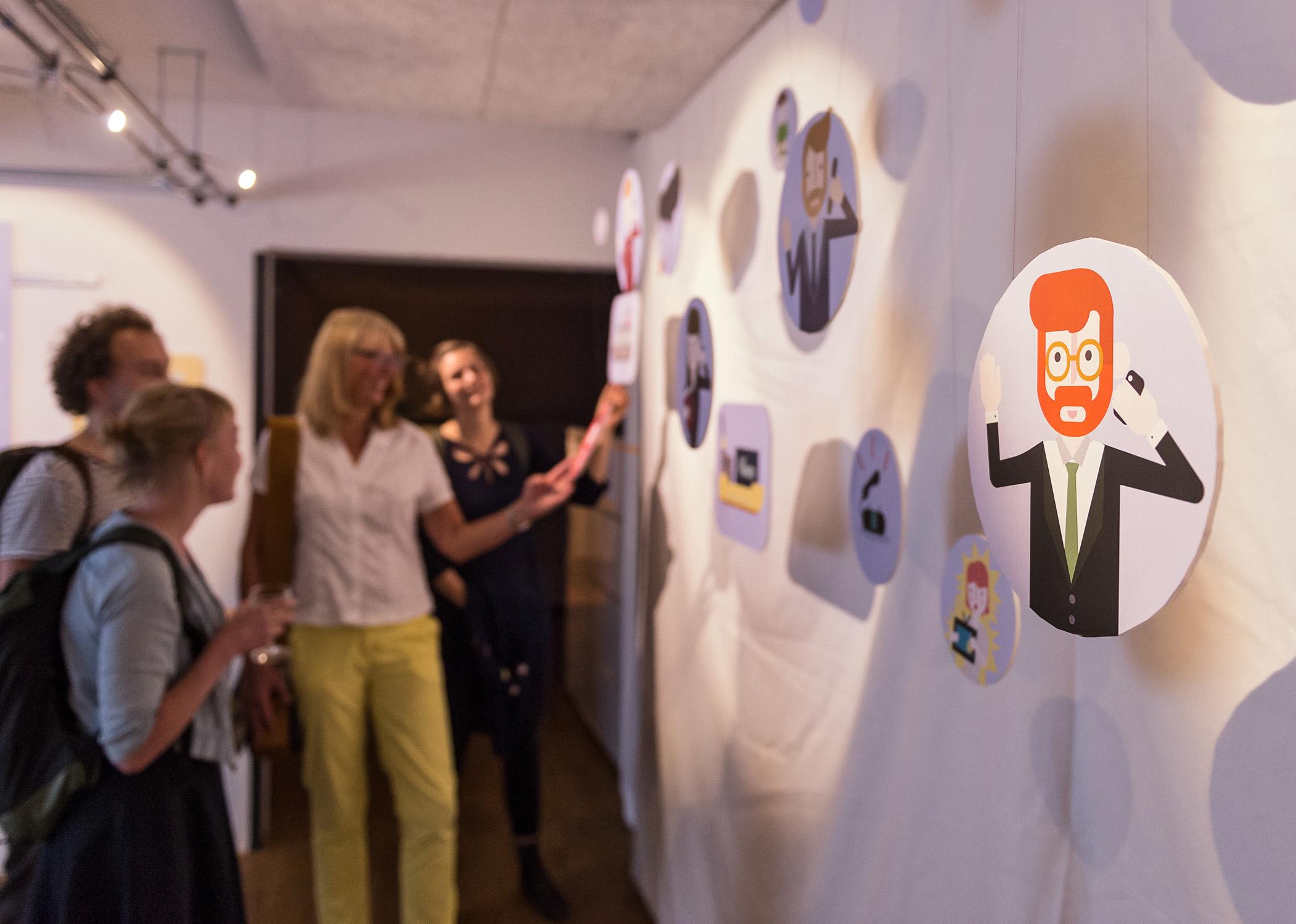 """Während des Abends hatten die Gäste die Gelegenheit, Einblick in die Projekte zu nehmen, an denen in den vergangenen sechs Monaten gearbeitet wurde. Einen Schwerpunkt bildete das Thema """"Produktrückrufe"""". Bildquelle: Jan Rathke/WFB"""