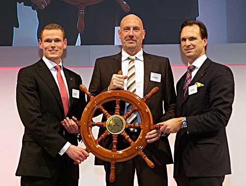 Carsten Meyer-Heder erhält das Steuerrad für den Unternehmer des Jahres. Auf dem Bild von links nach rechts: Christoph Wührmann (BJU), Carsten Meyer-Heder und Dr. Tim Nesemann (Die Sparkasse Bremen).