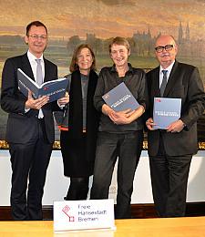 Werben für die Freie Hansestadt Bremen: Senator Martin Günthner, die Autorinnen Annemarie Struß-von Poellnitz und Christine Backhaus sowie Klaus Sondergeld freuen sich über das frisch erschienene Werk (v.l.).
