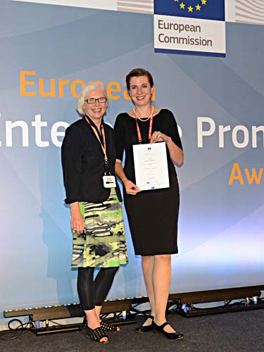 Anne Havliza (links) und Andrea Kuhfuß von der Wirtschaftsförderung Bremen bei der Preisverleihung in Neapel. Foto: Promoting Enterprise