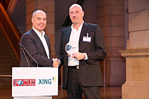 team-neusta-Inhaber Carsten Meyer-Heder (rechts) nimmt den New Work Award von Marc-Sven Kopka, Xing, entgegen. Foto: Andreas Schebesta, Xing