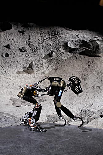 Der Affenroboter des DFKI in einer Mondlandschaft. Quelle: DFKI