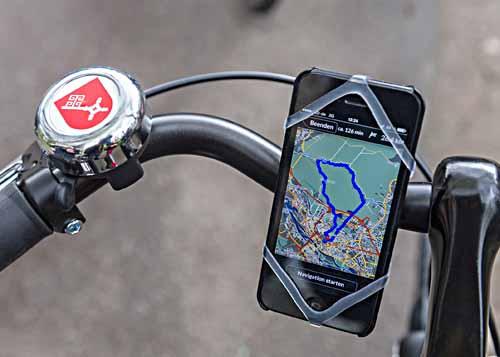 """Einhändiges Fahren nicht nötig: der Smartphone-Halter """"Finn"""" ermöglicht das verkehrssichere Navigieren. Foto: WFB/Jan Rathke"""