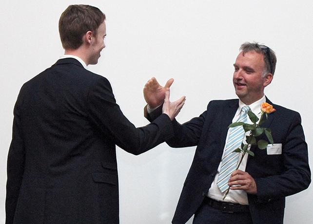 Christoph Ranze (rechts) gratuliert Jan-Christoph Horstmann (links) zum erfolgreichen Abschluss