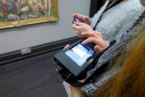 Der Multimediaguide im Einsatz. Foto: Kunsthalle Bremen
