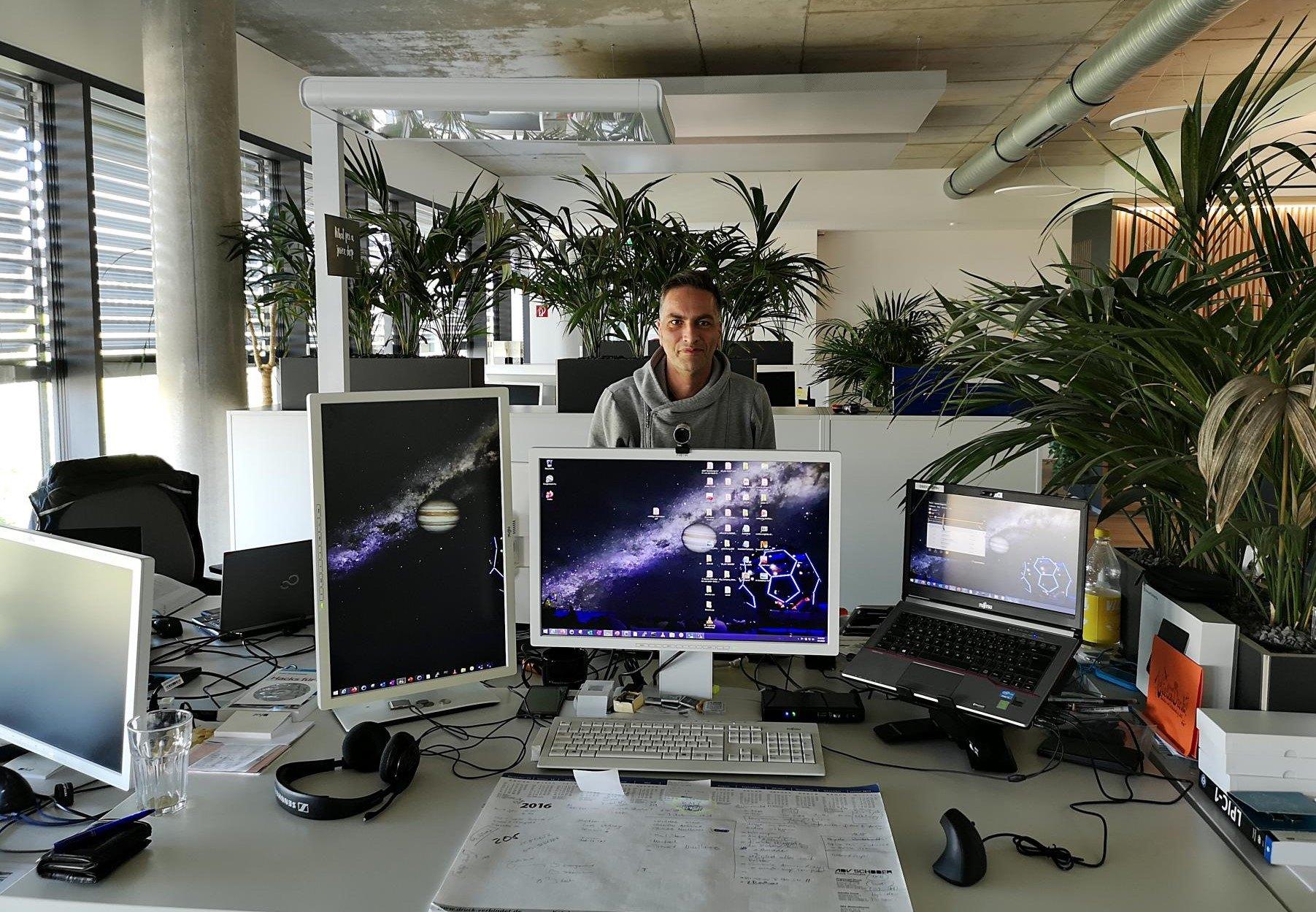 Carstens Arbeitsplatz ist minimalistisch gehalten