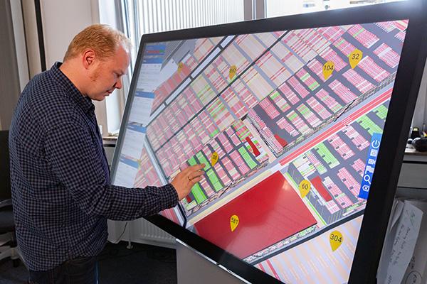 Michael Görges, Isabella-Projektleiter von BLG Logistics, demonstriert den Multitouch-Tisch im Testeinsatz auf dem AutoTerminal Bremerhaven.