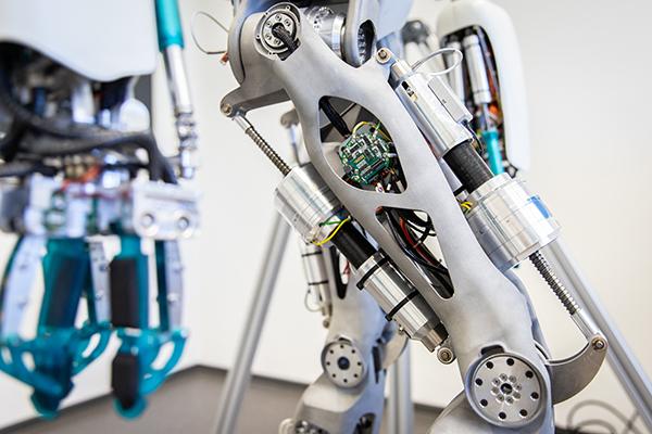 """""""Das Gelenk eines humanoiden Roboters, der im Projekt VeryHuman durch eine innovative Methode ein sicheres Laufen erlernen soll."""" Quelle: DFKI GmbH, Foto: Annemarie Popp"""