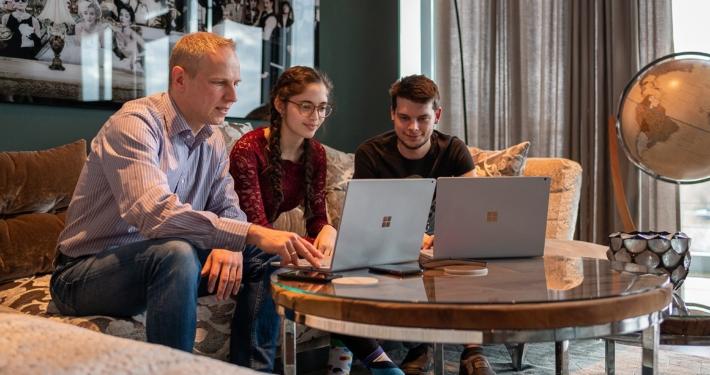 Teamwork bei Movingdots in den Räumen in der Lloydstraße. Quelle: Movingdots