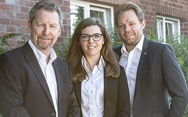 Firmengründer Michael Suhren (links im Bild) mit den Geschäftsführern Julia Suhren und Marc Zielinski. Quelle: Suhren