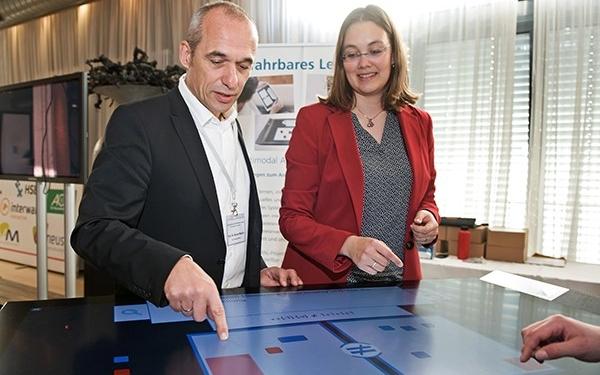 Der geschäftsführende Direktor des TZI, Professor Rainer Malaka, und Mitarbeiterin Anke Reinschlüssel am Prototypen eines digitalen Tischs, der den Mathematikunterricht an Schulen unterstützen kann.
