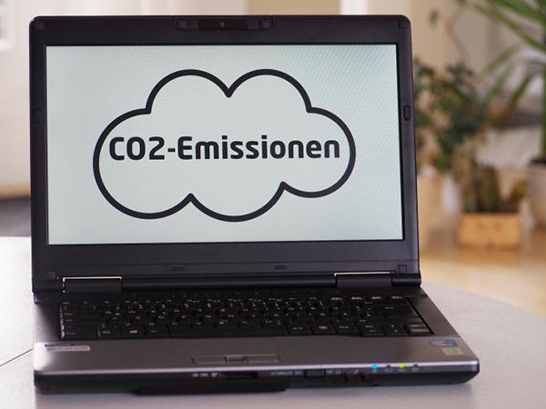 Symbolfoto eines Laptops auf dem der Schriftzug CO2-Emissionen eingeblendet ist.