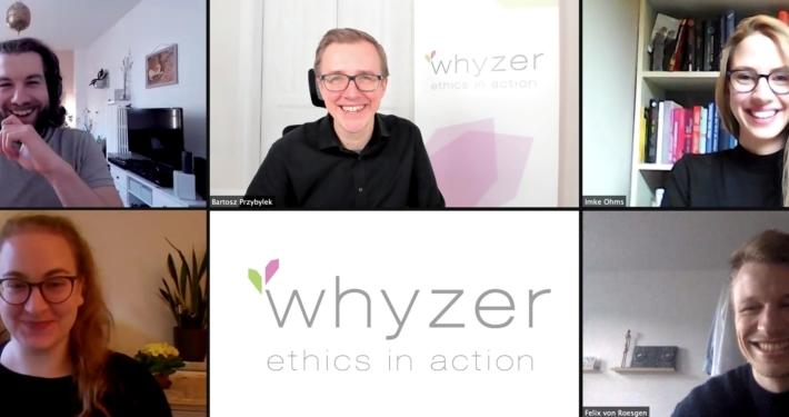 Screenshot aus einem Online-Call mit fünf lachenden Gesichtern.