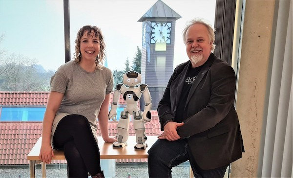 Rebecca Stower und Professor Arvid Kappas untersuchen in ihrer Forschung das Vertrauen von Kindern in soziale Roboter. Foto: Guy Laban