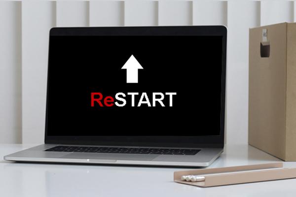 Aufgeklappter Laptop mit dem ReSTART Logo auf dem schwarzen Bildschirm.